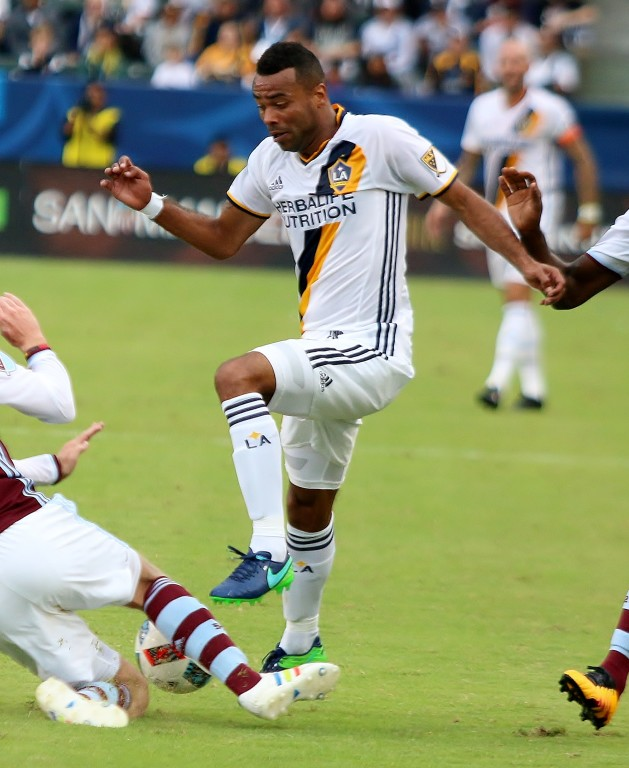 Ashley Cole and the Galaxy defense hold Colorado scoreless.
